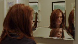 Still Alice: gioco di specchi per Julianne Moore in una scena del film