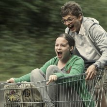 About a girl: Jasna Fritzi Bauer in una divertente immagine del film con Sandro Lohmann