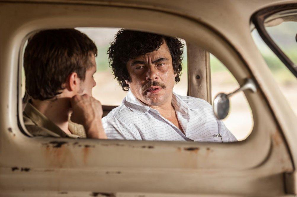 Escobar: Paradise Lost, Benicio Del Toro in una scena del film nei panni di un trafficante di droga