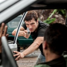 Escobar: Paradise Lost, Josh Hutcherson in azione in una scena del film