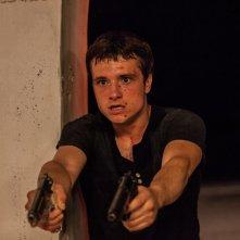 Escobar: Paradise Lost, Josh Hutcherson in una scena d'azione del film