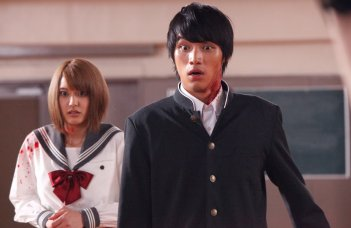 As the Gods Will: Sôta Fukushi con Hirona Yamazaki in una scena del film