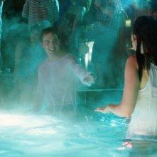 Lily Collins (di spalle) e Sam Claflin in #ScrivimiAncora