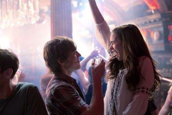 Lily Collins in discoteca insieme a Sam Claflin in una scena di #ScrivimiAncora