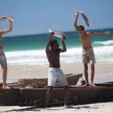 Trash: Rickson Tevez insieme a Eduardo Luis e Gabriel Weinstein su una incantevole spiaggia in una scena del film