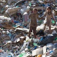 Trash: Eduardo Luis in una scena del film