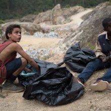 Trash: Rickson Tevez tra i rifiuti con Gabriel Weinstein in una scena