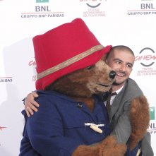 Paddington: Francesco Mandelli posa con l'orso al photocall di Roma 2014