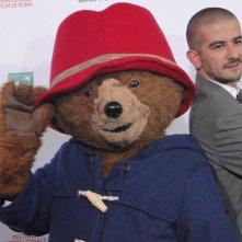 Paddington: Francesco Mandelli con l'orso al photocall di Roma 2014