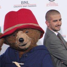 Paddington: Francesco Mandelli con l'orso protagonista al photocall di Roma 2014