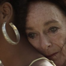 Geraldine Chaplin abbraccia Yanet Mojica in una scena di Sand Dollars