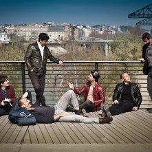 Tre tocchi: i sei protagonisti del film in una scena di gruppo