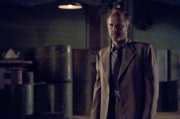 Manhattan: John Benjamin Hickey nell'episodio The Gun Model