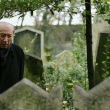 L'Orologio di Monaco: Giorgio Pressburger al cimitero ebraico di Trieste in una scena del film