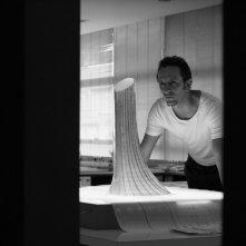 Obra: Irandhir Santos, nei panni di un importante architetto, in una scena del film