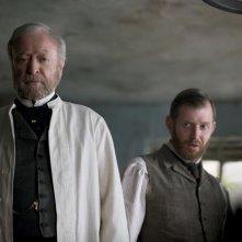 Stonehearst Asylum: Michael Caine con Jason Flemyng in una scena del film