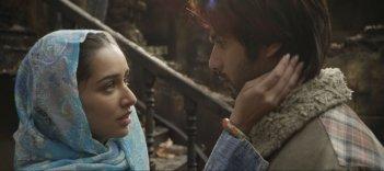 Haider: Shahid Kapur insieme a Shraddha Kapoor in una scena