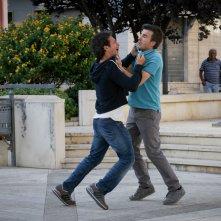 Andiamo a quel paese: Valentino Picone e Salvatore Ficarra si azzuffano in una scena della commedia