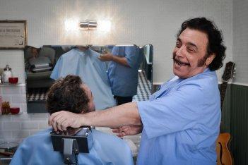 Andiamo a quel paese: Nino Frassicanei panni del barbiere in una scena del film