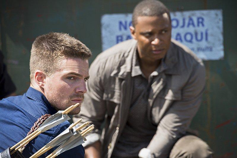 Arrow: Stephen Amell e David Ramsey nell'episodio Corto Maltese