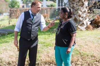 Black and White: Kevin Costner insieme a Octavia Spencer in una scena del film
