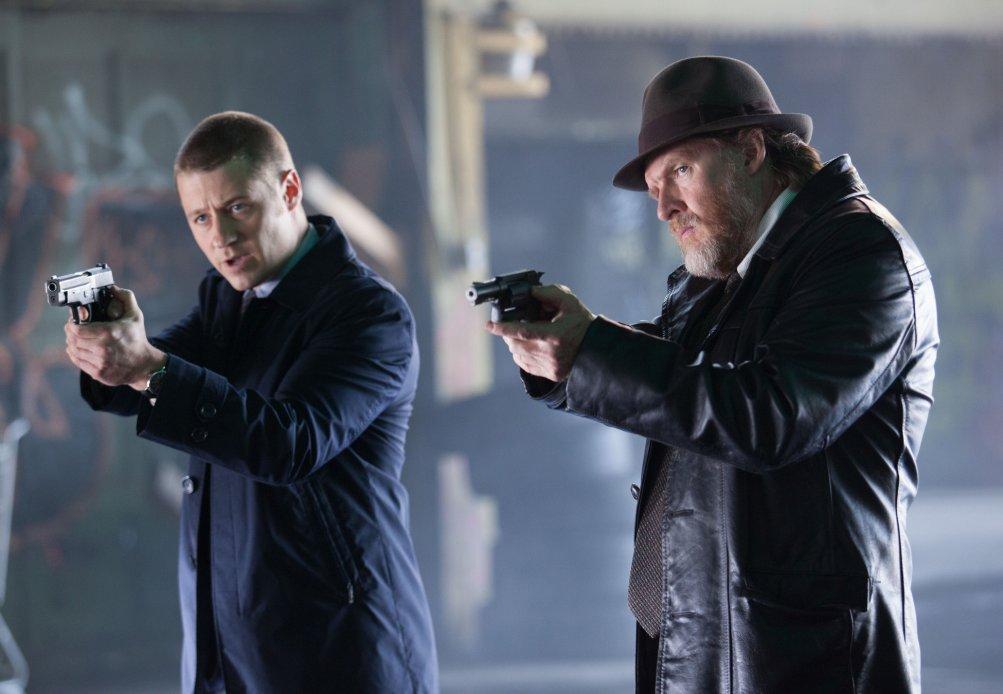 Gotham: Donal Logue e Ben McKenzie in una scena di Viper