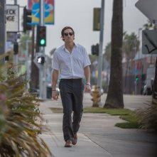 Lo Sciacallo - Nightcrawler: Jake Gyllenhaal cammina per le strade di Los Angeles in una scena
