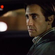 Lo Sciacallo - Nightcrawler: Jake Gyllenhaal nel ruolo del giornalista Lou Bloom in una scena
