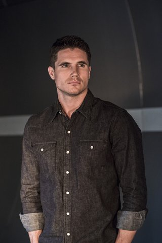 The Flash: Robbie Amell in una scena dell'episodio The Things You Can't Outrun
