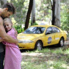 These Final Hours - 12 ore alla fine: Nathan Phillips abbraccia la piccola Angourie Rice in un'immagine del film