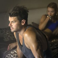 These Final Hours - 12 ore alla fine: Nathan Phillips con Kathryn Beck (fuori fuoco) in un momento del film