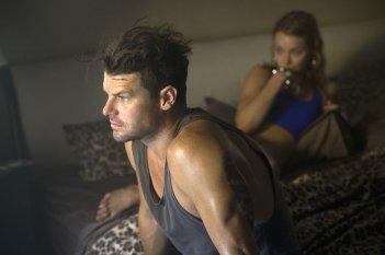 These Final Hours - 12 ore alla fine: Nathan Phillips con Kathryn Beck (fuori fuoco) in un momento del film