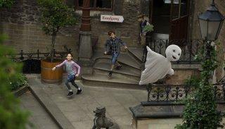 Un fantasma per amico: Jonas Holdenrieder, Emily Kusche e Nico Hartung corrono insieme al loro amichetto fantasma in una scena