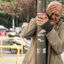Confusi e felici: Claudio Bisio faccia a faccia con un palo della luce in una scena del film