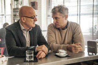 Confusi e felici: Claudio Bisio con Gioele Dix in una scena