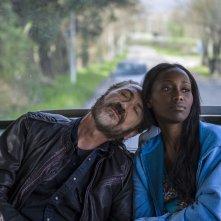 Confusi e felici: Marco Giallini e Kelly Palacios in una scena della commedia