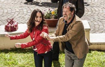 Confusi e felici: Caterina Guzzanti e Pietro Sermonti in una divertente scena del film