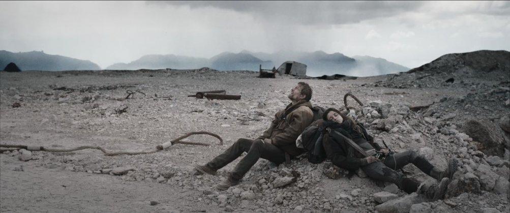Index Zero: Ana Ularu con Simon Merrells una scena del film fantascientifico
