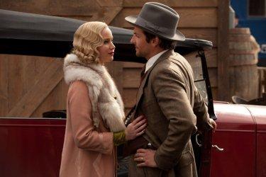 Jennifer Lawrence e Bradley Cooper neosposi innamorati in una scena di 'Una folle passione'