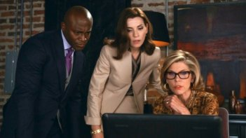 The Good Wife: una scena dell'episodio Shiny Objects con Taye Diggs, Julianna Margulies e Christine Baranski