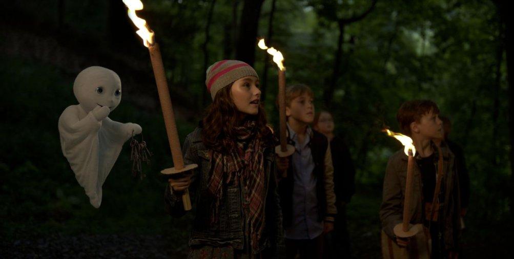 Un fantasma per amico: Jonas Holdenrieder, Emily Kusche e Nico Hartung in un'immagine del film con l'amico fantasmino