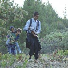 The Road Within: Robert Sheehan con Zoë Kravitz e Dev Patel in un'immagine del film
