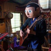 Frank: Michael Fassbender suona la chitarra indossando la sua inseparabile maschera in una scena del film