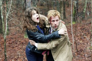 Constantine: Lucy Griffiths e Matt Ryan in una sequenza del Pilot