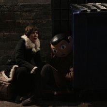 Frank: Michael Fassbender (dietro la maschera) insieme a Maggie Gyllenhaal in un'immagine del film