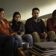 Gracepoint: Linda Darlow, Madalyn Horcher, Michael Peña e Virginia Kull nel primo episodio