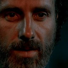The Walking Dead: un primo piano di Andrew Lincoln nell'episodio Un tetto e quattro mura