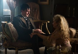 Gotham: Robin Lord Taylor e Carol Kane in una scena di Spirit Of The Goat