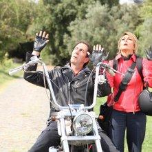 Un natale stupefacente: Paolo Calabresi e Paola Minaccioni in moto per la campagna