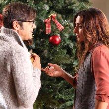 Un natale stupefacente: Ambra Angiolini e Greg davanti all'albero di Natale